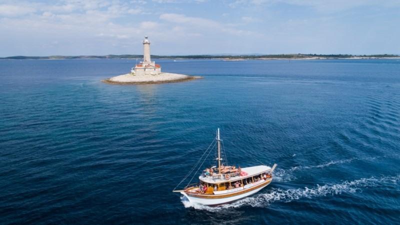 boat excursion in medulin with zlatni rat boat
